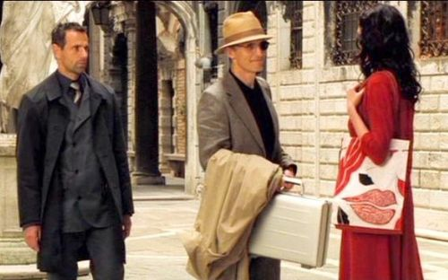 Why did Vesper Lynd carry millions of cash in a gray briefcase? Safer alternative?